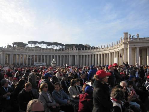 É incrível o número de pessoas na Praça de São Pedro.